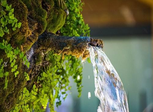 Eau minérale naturelle, eau de source et eau du robinet, quelle différence ?